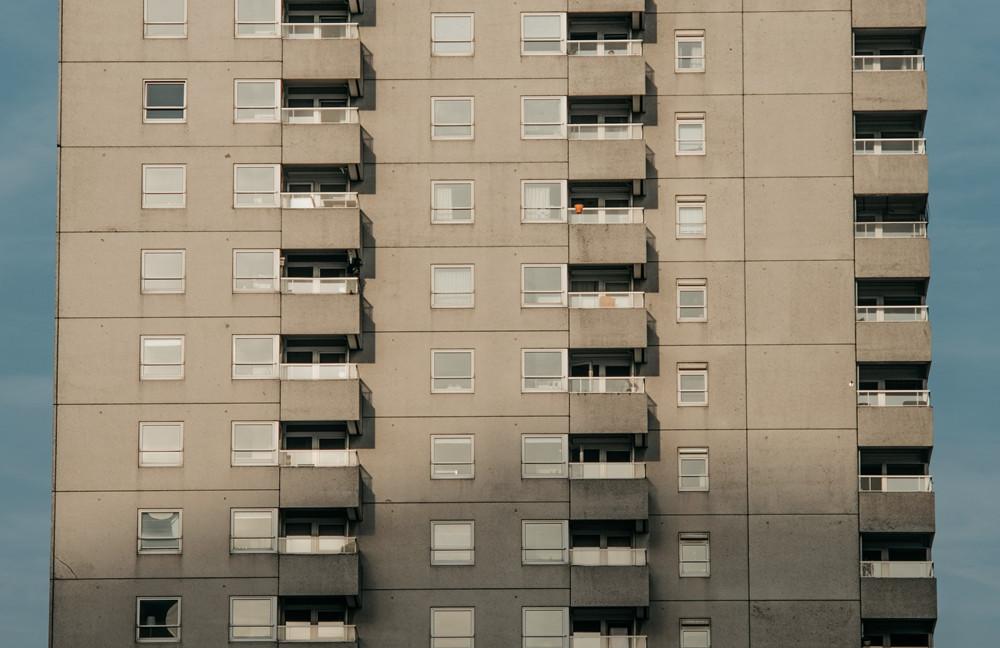 长租公寓:分散式向左,集中式向右