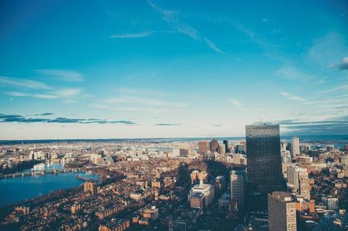 AI+城市管理:无人机巡航海滩 查看游客情况