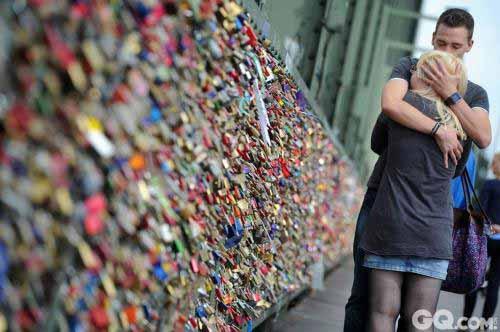 巴黎艺术桥护栏难堪爱情锁重负