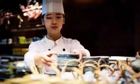 她20岁成为五星级酒店唯一的女厨师 月入过万
