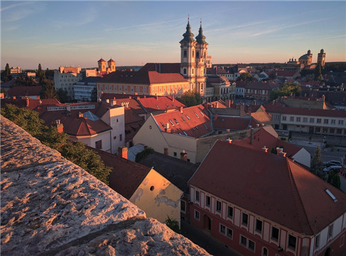 以文化经济学视野来思考旅游城镇建设与发展