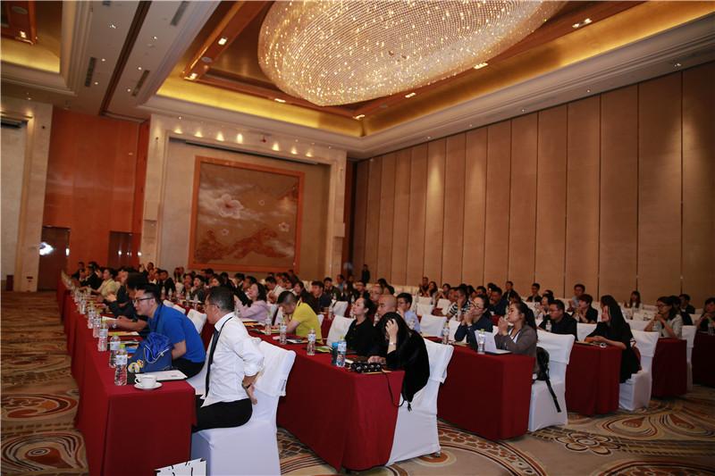 大会现场座无虚席,在场嘉宾听得都很认真,还有人专心做笔记。