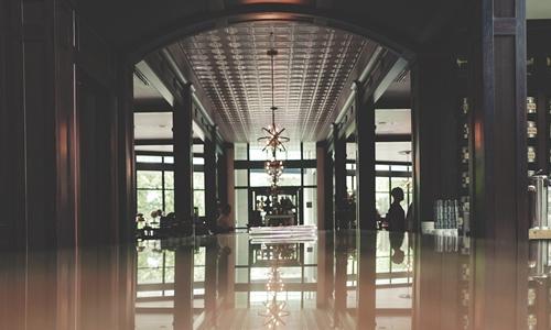 211旅管毕业在五星酒店当前台 月薪不到2千该坚持么