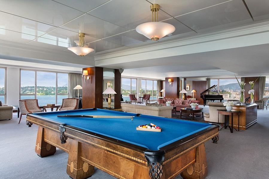 1.全球生活杂志《Elite Traveller》每年都会列出世界100强酒店套房,其中包括10间最贵套房。1. 皇家阁楼套房,总统威尔逊酒店(President Wilson Hotel),日内瓦。位于瑞士日内瓦总统威尔逊酒店有12间皇家阁楼套房,配有防弹窗和一系列稀有书籍。通过落地凸窗可以看到日内瓦湖和勃朗峰的壮丽景色。当客人走进来时,迎接他们的是一个光线充足的客厅,客厅内有三角钢琴、台球桌和珍藏书籍。套房内的设有大理石装饰的浴室,配有带热水浴缸和爱马仕洗浴用品。安全意识不用担心,里面设有紧急报警按钮、私人电梯、防弹窗和安全摄像头。