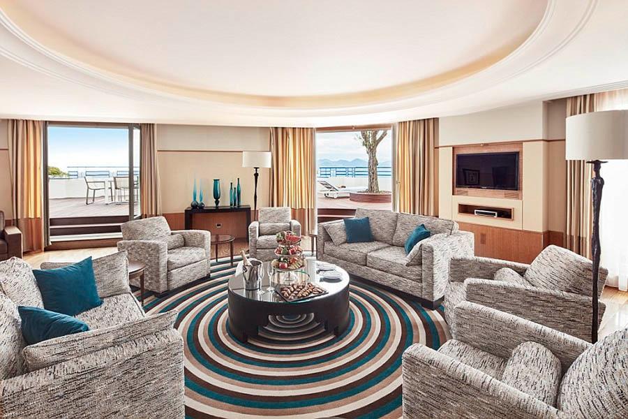 3. 顶层套房,戛纳马丁内斯君悦酒店(Grand Hyatt Cannes,Martinez)。顶层套房位于戛纳马丁内斯君悦酒店(Grand Hyatt Cannes Hotel Martinez)的七楼,设有四间卧室。除了起居室、用餐室和大理石浴室外,客人还能使用可以俯瞰戛纳湾和着名的克罗塞特大道(Boulevard de la Croisette)的超大私人露台。每晚的入住费里还包括个人管家服务,以及使用热水浴缸和土耳其浴室。在年度戛纳电影节期间,一些名人会选择入住这里的套房。