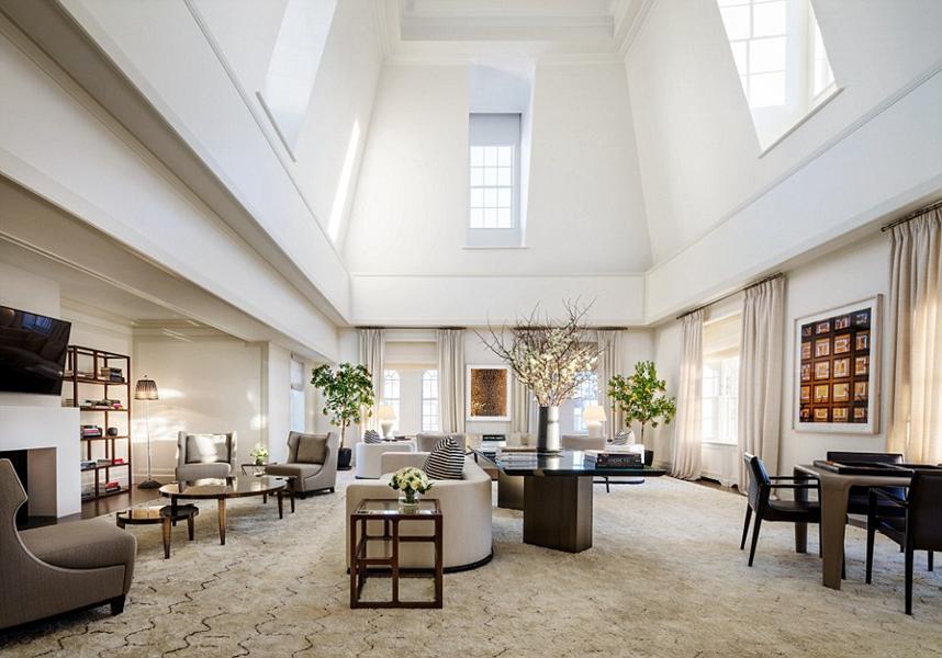2. 五卧室露台套房,马克酒店(The Mark),纽约。纽约马克酒店的五卧室露台套房没有在酒店的网站上列出,但它确实存在。套房包含两个楼层,占地12,000平方英尺的,一个天窗楼阁和一个2500平方英尺的屋顶露台可以俯瞰中央公园。从一个有24个座位的餐厅到带有三角钢琴的客厅,每个房间都注入了大量的现代气息。