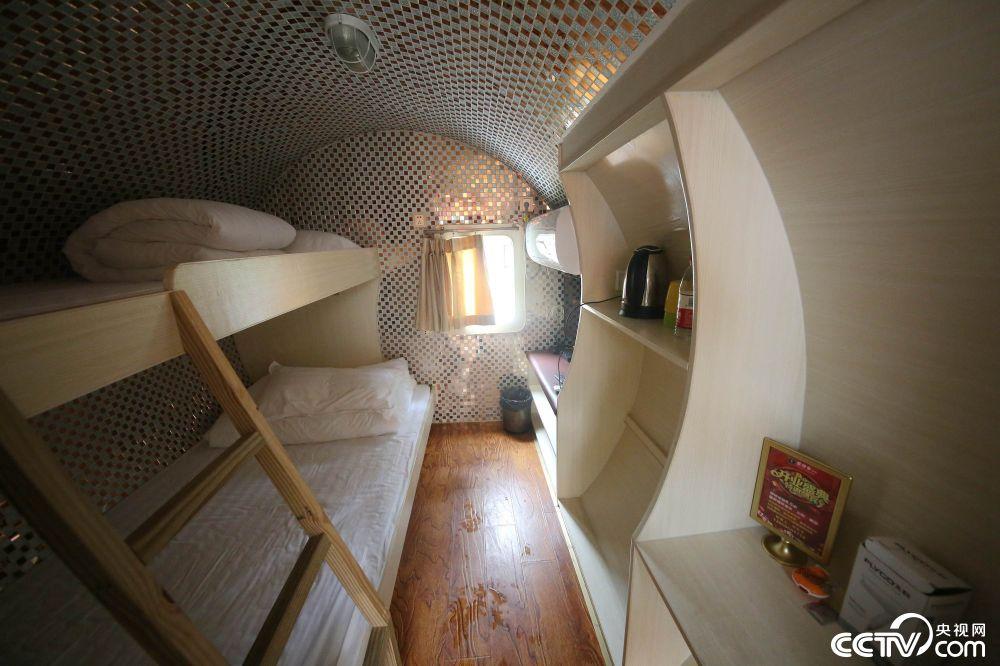 """2018年9月23日,重庆涪陵红酒小镇现创意""""管道民宿""""。虽然内部空间并不宽阔,但可谓应有尽有,安装有空调、电视,配套洗手间,以及用来放毛巾衣物的储物柜。"""