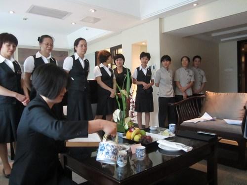 图四:管家部江主管正在为学员演示VIP接待操作中的欢迎茶服务