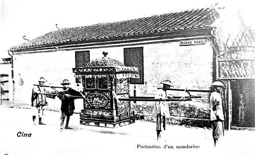 早期的文监师路(现在塘沽路)四人抬轿场景,约摄于1870年代.jpg