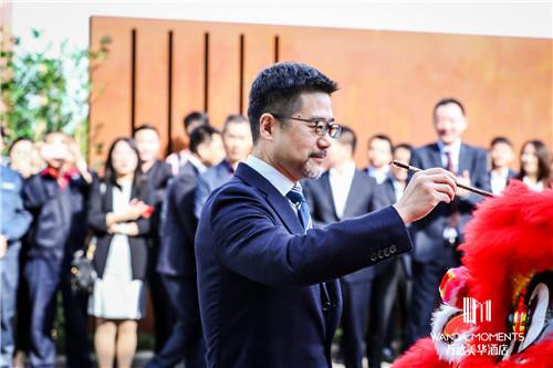 万达酒店及度假村总裁宁奇峰先生为醒狮点睛.jpg