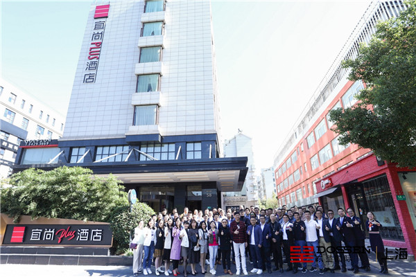 6 程新华与集团高管参观宜尚PLUS上海银亭路店.jpg