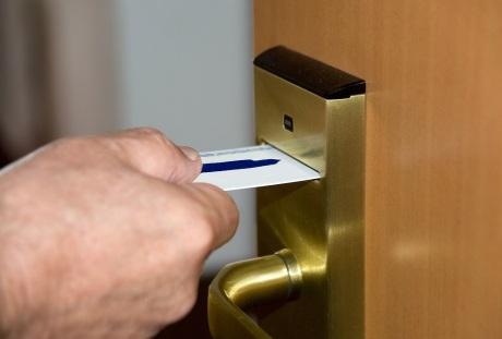 日烧美元十多万,纽约酒店经营者为何坚持重开?
