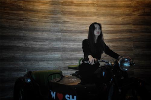 欧悦(Ou Yue)在W酒店底楼W摩托车上(肖可霄摄).jpg
