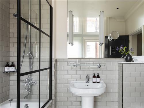 伦敦菲茨罗伊金普顿酒店提供大瓶装洗浴用品 1.jpg